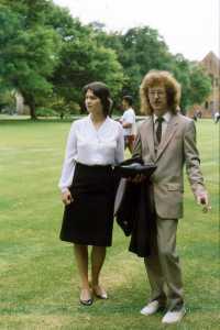 Lili und Iain auf dem Rasen vor Ou Lettere - bei Lilis Graduation 199yy